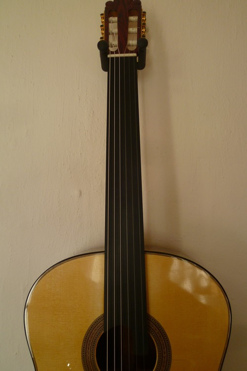 Modelo Orfeo Meistergitarre fretless. Luthier. Photo © UK